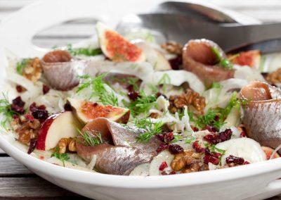 Fennikelsalat med kryddersild, æbler og tranebær